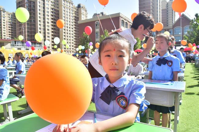 最后,开学典礼在放飞五彩气球和全体领导与师生热烈的掌声中圆满